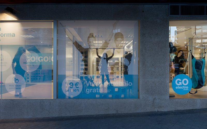 Reforma interior de una oficina bancaria convertida en el gimnasio Go Electro Studio